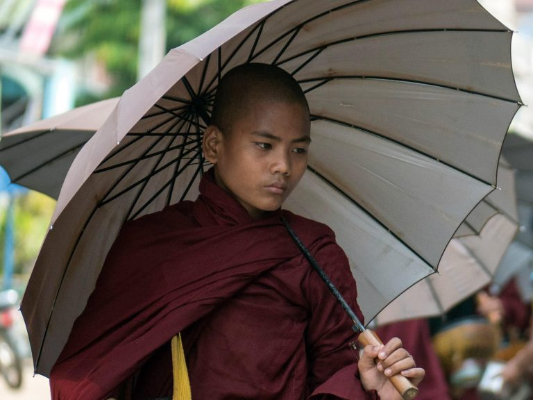 Mönch in Myanmar, Almosengang