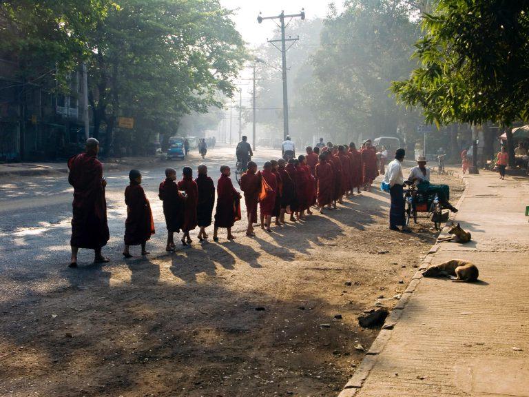 Mönche in Myanmar, Almosengang