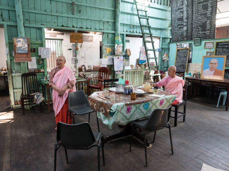 Nonnen im Kloster