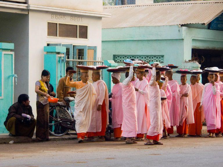 Nonnen in Myanmar beim Almosengang
