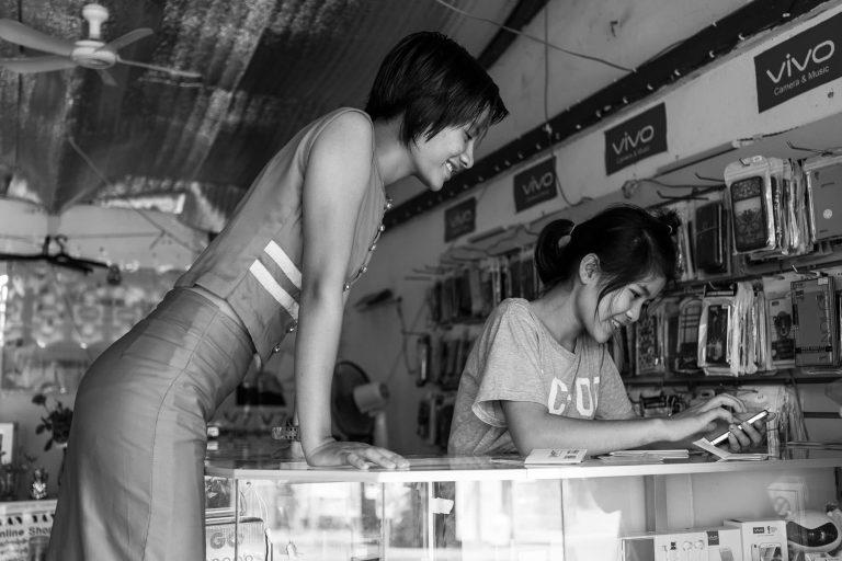 Frauen mit Handy, Myanmar